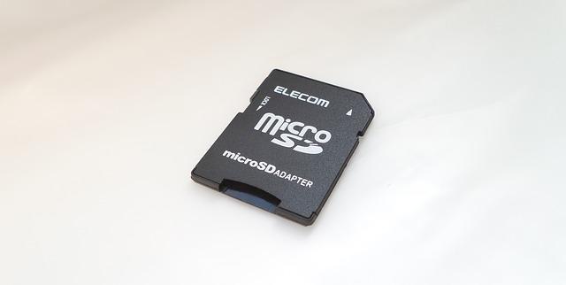 Ponavadi kartica za fotoaparat potrebuje dodaten adapter ki pretvori microsd v sd