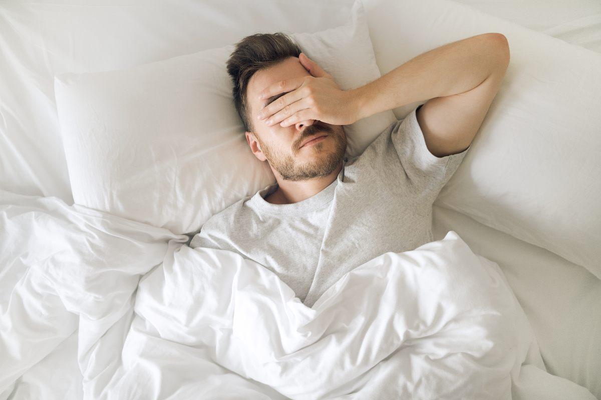 kontaktne leče v očeh fanta med spanjam, zato ga zdaj oči bolijo