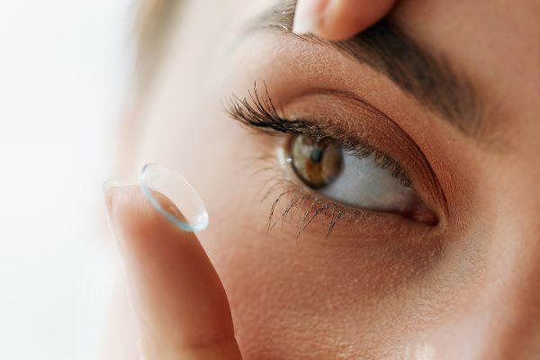 punca si vstavlja kontaktne leče